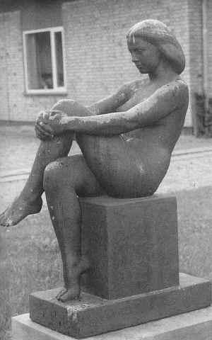 140 cm høj bronzeskulptur af en frodig kvinde, ved navn birgit, som sidder afslappet med krydsede ben på en sten piedestal