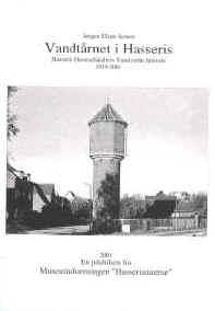 Forsiden til hæfte om vandtårnet i hasseris af jørgen elsøe jensen. Forsiden er i sort hvid og viser vandtårnet i hasseris på en klar og skyfri dag.