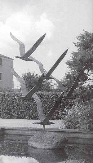 Jernskulptur af fem flyvende måger