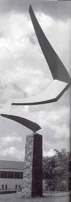 Ni meter høj skulptur af en vinge, lavet i jern.